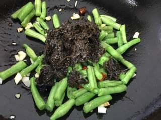 橄欖菜炒四季豆,加入橄欖菜