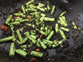 橄欖菜炒四季豆,翻炒均勻,橄欖菜比較的咸,不要再加任何的調味品了