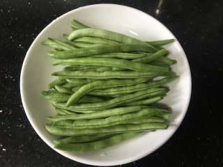 橄欖菜炒四季豆,四季豆去掉兩頭和莖