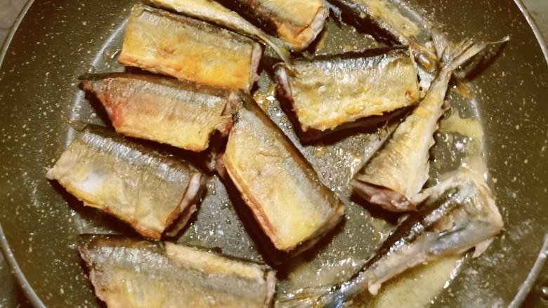红烧秋刀鱼,起油锅 放入鱼段  煎至两面金黄