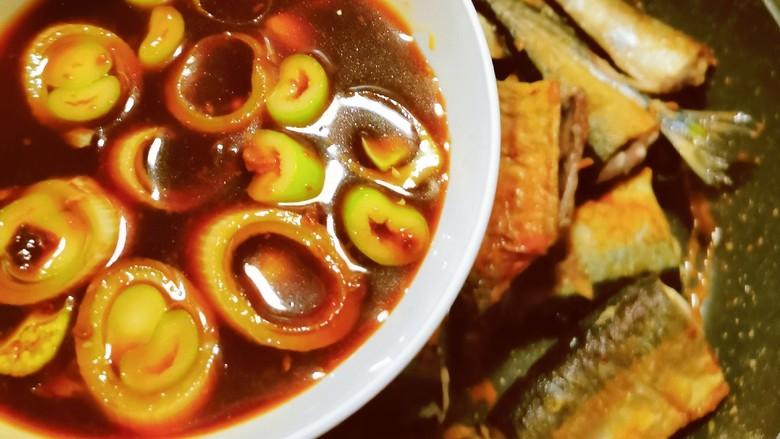 红烧秋刀鱼,烹入调好的料汁