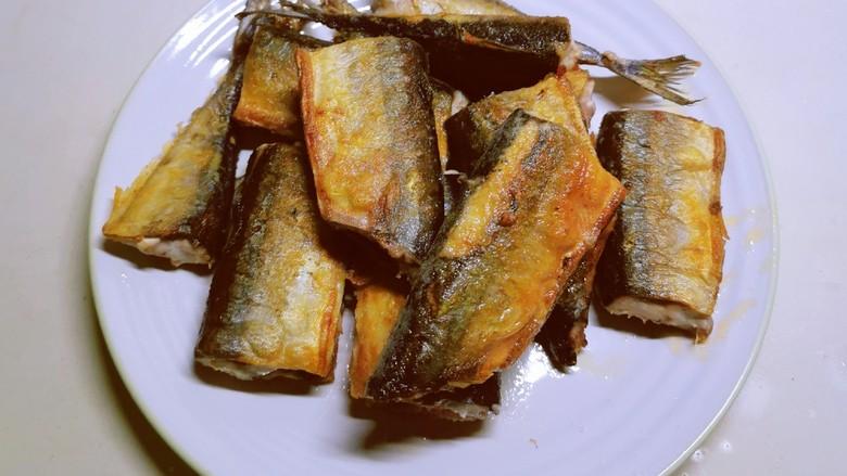 红烧秋刀鱼,一面定型了 再煎另一面