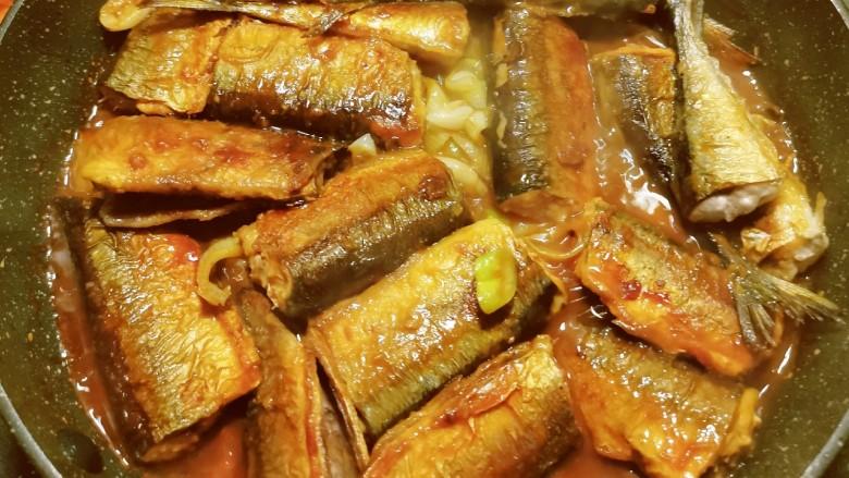红烧秋刀鱼,烧至汤汁浓稠 鱼肉完全成熟