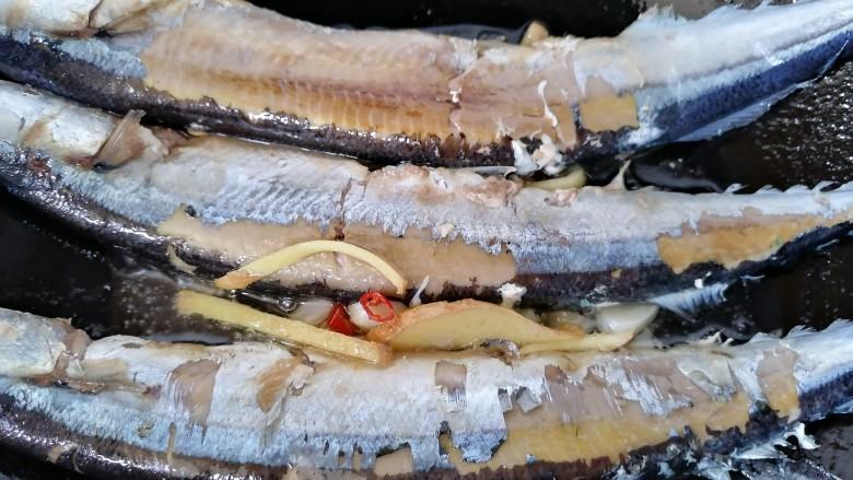 红烧秋刀鱼,一面煎熟翻一面继续煎