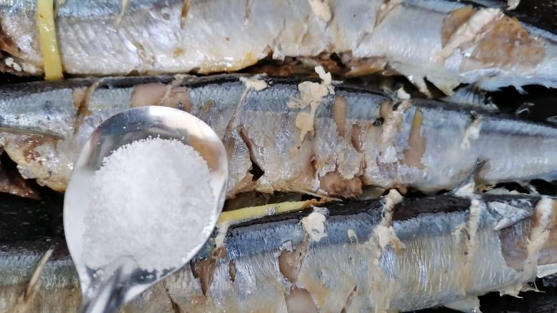 红烧秋刀鱼,两面都煎熟放适量盐调味