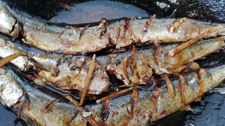 红烧秋刀鱼,煮至汁干入味上色即可出锅
