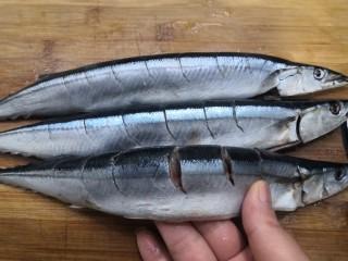 干煎秋刀魚,用刀,在秋刀魚上,切上花刀