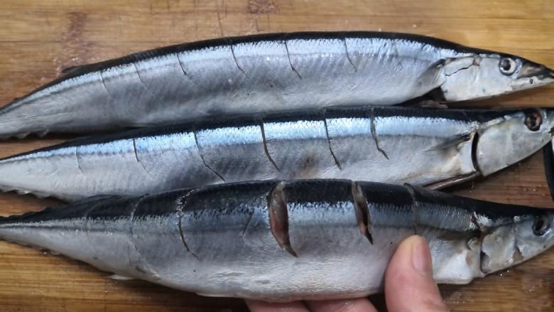 干煎秋刀鱼,用刀,在秋刀鱼上,切上花刀