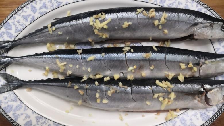 干煎秋刀鱼,秋刀鱼放盘中,放姜丁