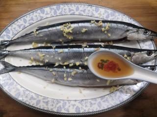 干煎秋刀魚,放料酒