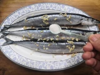 干煎秋刀魚,放入鹽,腌制半小時