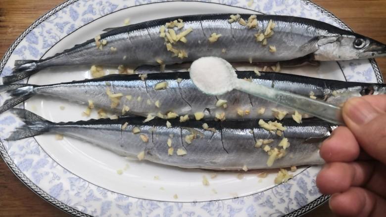 干煎秋刀鱼,放入盐,腌制半小时