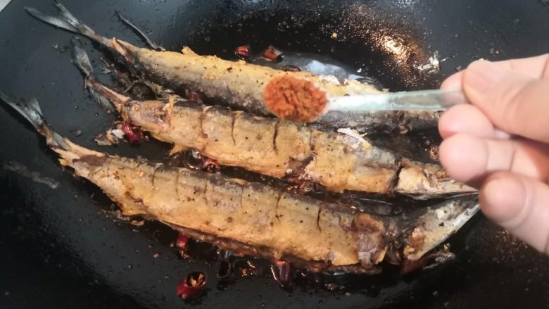 干煎秋刀鱼,在另一面,再洒上烧烤粉