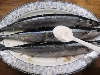 干煎秋刀魚,腌制好后,兩面,拍上淀粉