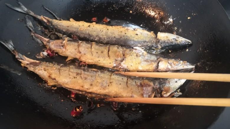 干煎秋刀鱼,再次翻面
