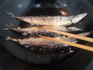 干煎秋刀魚,一面煎至金黃后,翻面再煎金黃