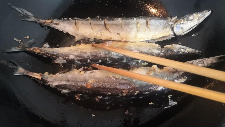 干煎秋刀鱼,一面煎至金黄后,翻面再煎金黄
