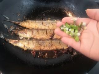 干煎秋刀魚,斷生后,放入小蔥,關火