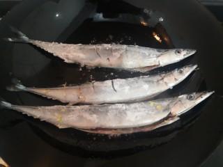 干煎秋刀魚,放入秋刀魚,小火煎
