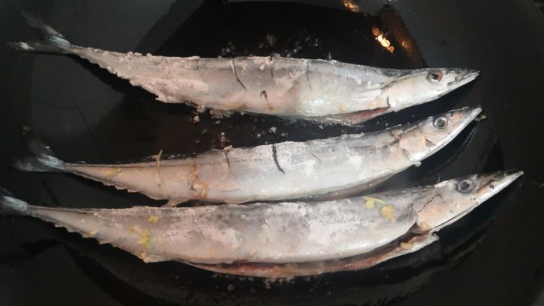干煎秋刀鱼,放入秋刀鱼,小火煎