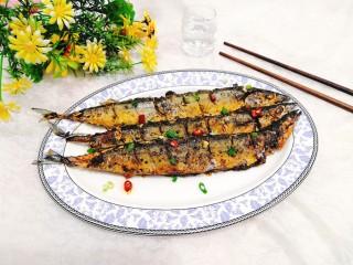 干煎秋刀魚,盛出上桌