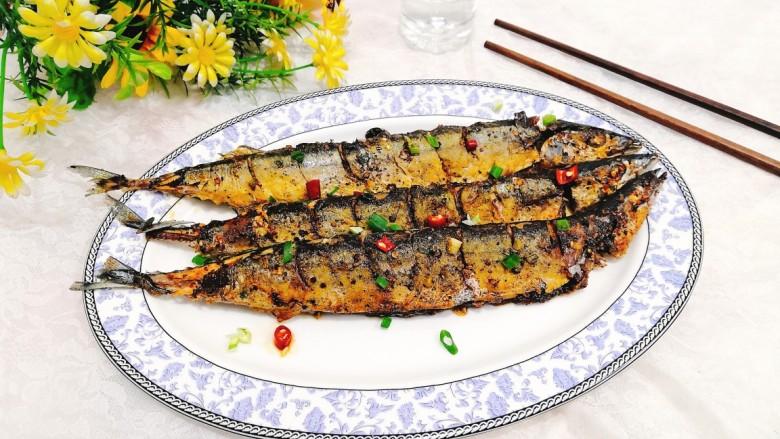干煎秋刀鱼,盛出上桌