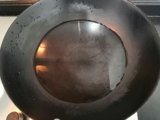 西葫蘆炒木耳,上鍋,加水,大火燒煮