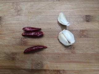 西葫蘆炒木耳,準備好,小米辣和蒜瓣