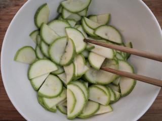 西葫蘆炒木耳,用筷子攪拌均勻,腌制15分鐘