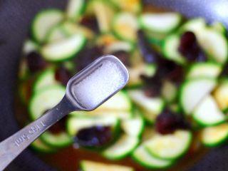 西葫蘆炒木耳,這個時候根據個人口味,加入適量的鹽調味。