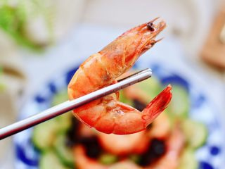 西葫蘆炒木耳,鮮掉眉毛又營養豐富的角瓜木耳爆蝦就出鍋咯,好吃到哭,上桌就秒光咯。