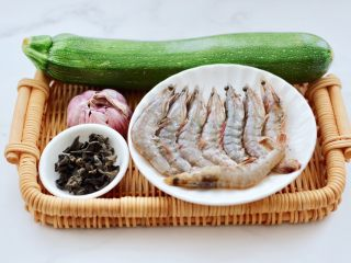 西葫蘆炒木耳,首先備齊所有的食材,角瓜我還是喜歡老農自己種的涼地的,鮮嫩多汁滋味好。