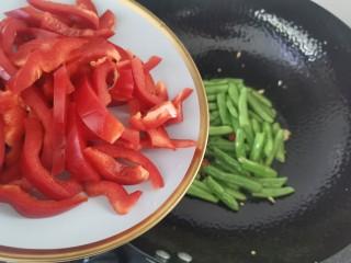 橄欖菜炒四季豆,炒至四季豆變色,倒入紅椒絲翻炒