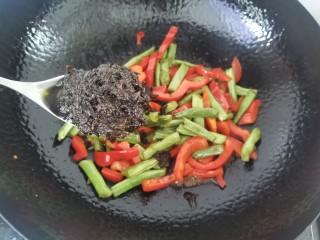 橄欖菜炒四季豆,加入橄欖菜炒勻 ,加入少許清水,大火燒1-2分鐘