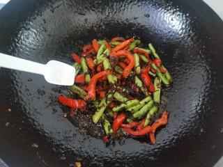 橄欖菜炒四季豆,加入少許味精出鍋