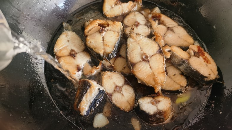 酱焖鲅鱼,加入适量的热水。