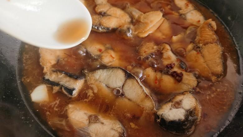 酱焖鲅鱼,加入一勺醋和少许的料酒去腥。