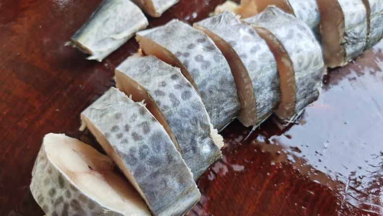 酱焖鲅鱼,把鲅鱼的头部和尾部去掉,鱼身切成每块大约2厘米厚的鱼块。