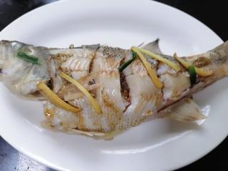 蔥油鱸魚,倒適量生抽在魚上面然后再次入鍋蒸一會