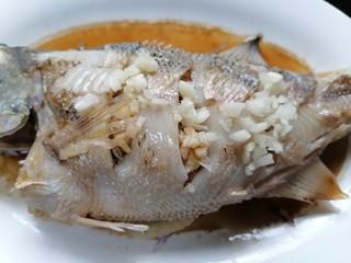 蔥油鱸魚,放上適量蒜末