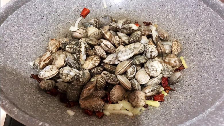 麻辣花蛤,加入花蛤,大火爆炒
