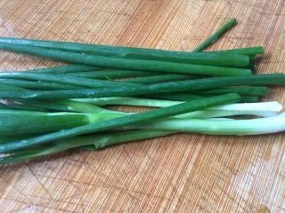 葱油蚕豆,准备适量的葱,可以多一点
