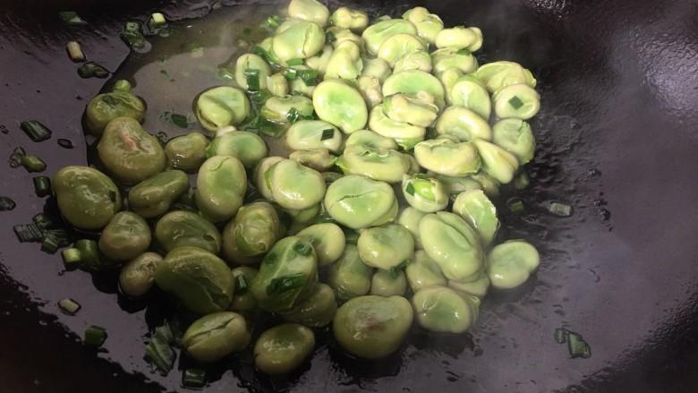 葱油蚕豆,翻炒均匀即可关火