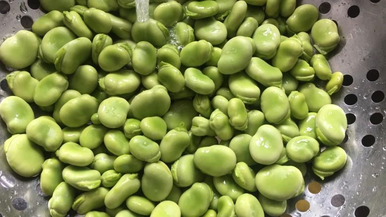 葱油蚕豆,蚕豆清洗干净备用