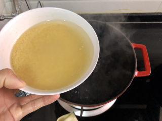 小米海參粥?稻花麥浪入畫來,水開放入小米,中大火再次煮開