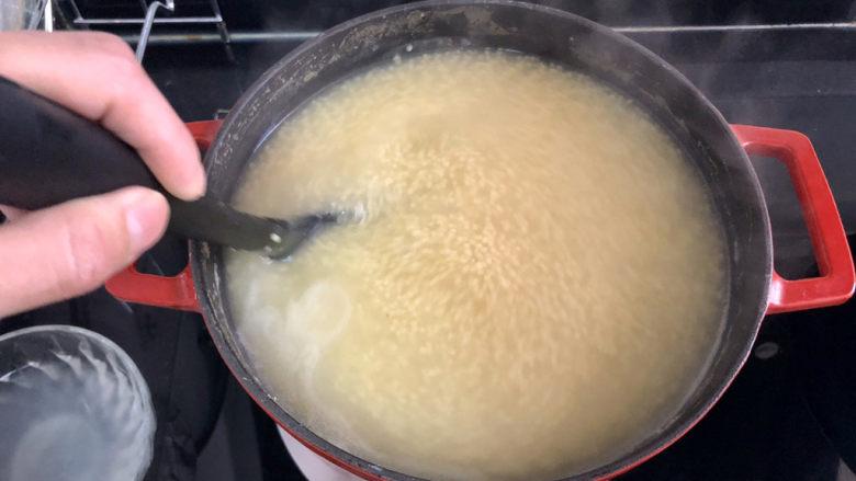 小米海参粥➕稻花麦浪入画来,转中小火,用汤勺不断搅拌,再煮约5到10分钟,
