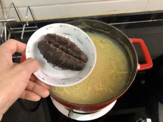 小米海參粥?稻花麥浪入畫來,加入海參,小火再煮五分鐘。為了成品好看,阿晨放的完整的海參,如果一家人吃,可以把海參切片,這樣更方便食用