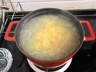 小米海參粥?稻花麥浪入畫來,保持中火煮5分鐘,攪拌以防粘鍋