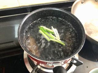 小米海參粥?稻花麥浪入畫來,放入蔥白海參,焯水一分鐘