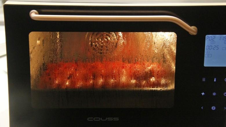 清蒸小龙虾,摆好的小龙虾放进蒸汽烤箱,设置p02自动模式蒸熟,(没蒸汽烤箱的也可以直接放蒸锅上蒸)